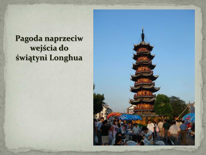 Pagoda naprzeciw wejścia do świątyni