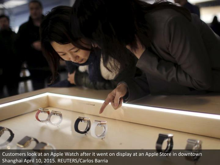 Customers look at an Apple Watch after it went on display at an Apple Store in downtown Shanghai April 10, 2015. REUTERS/Carlos Barria