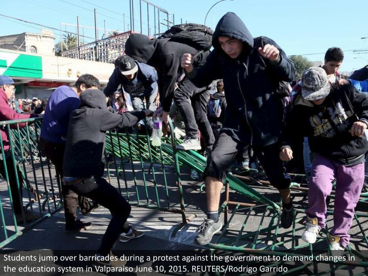Students jump over barricades during a protest against the government to demand changes in the education system in Valparaiso June 10, 2015. REUTERS/Rodrigo Garrido