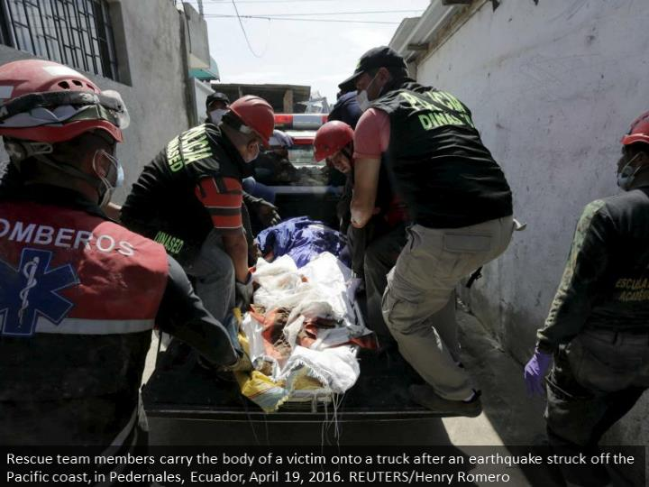 Rescue team members carry the body of a victim onto a truck after an earthquake struck off the Pacific coast, in Pedernales, Ecuador, April 19, 2016. REUTERS/Henry Romero