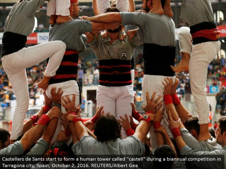 "Castellers de Sants begin to frame a human tower called ""castell"" amid a semiannual rivalry in Tarragona city, Spain, October 2, 2016. REUTERS/Albert Gea"