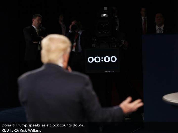 Donald Trump talks as a clock tallies down.  REUTERS/Rick Wilking