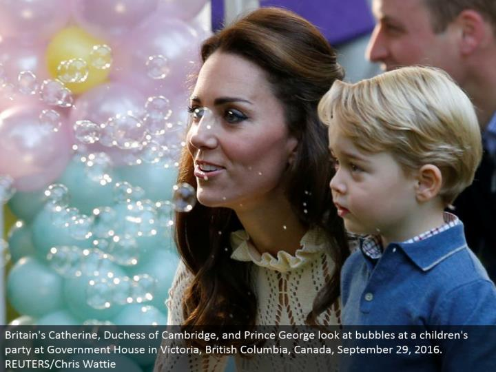 Britain's Catherine, Duchess of Cambridge, and Prince George take a gander at rises at a kids' gathering at Government House in Victoria, British Columbia, Canada, September 29, 2016. REUTERS/Chris Wattie