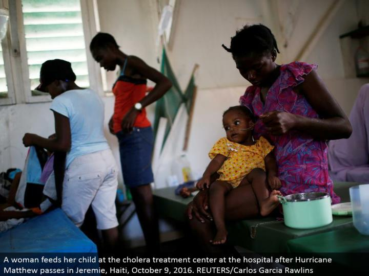 A lady sustains her youngster at the cholera treatment focus at the healing center after Hurricane Matthew goes in Jeremie, Haiti, October 9, 2016. REUTERS/Carlos Garcia Rawlins