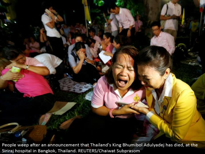People sob after a declaration that Thailand's King Bhumibol Adulyadej has passed on, at the Siriraj healing facility in Bangkok, Thailand. REUTERS/Chaiwat Subprasom