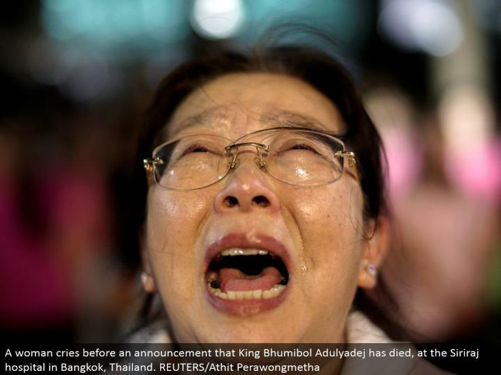 A lady cries before a declaration that King Bhumibol Adulyadej has kicked the bucket, at the Siriraj healing center in Bangkok, Thailand. REUTERS/Athit Perawongmetha