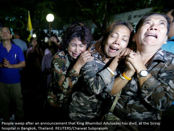 People sob after a declaration that King Bhumibol Adulyadej has passed on, at the Siriraj healing center in Bangkok, Thailand. REUTERS/Chaiwat Subprasom