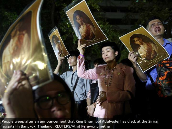 People sob after a declaration that King Bhumibol Adulyadej has passed on, at the Siriraj healing center in Bangkok, Thailand. REUTERS/Athit Perawongmetha