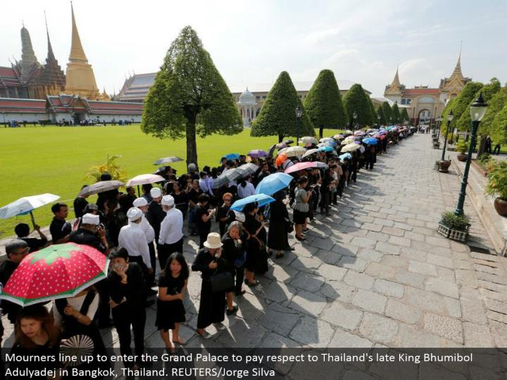 Mourners line up to enter the Grand Palace to pay regard to Thailand's late King Bhumibol Adulyadej in Bangkok, Thailand. REUTERS/Jorge Silva