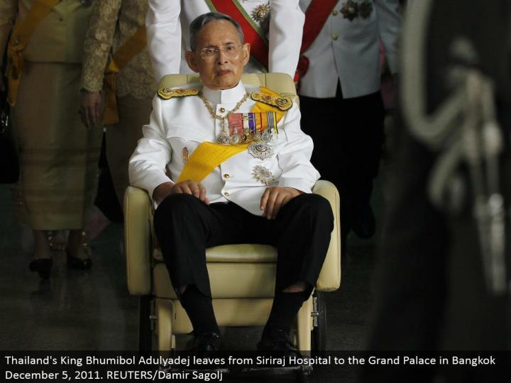 Thailand's King Bhumibol Adulyadej leaves from Siriraj Hospital to the Grand Palace in Bangkok December 5, 2011. REUTERS/Damir Sagolj