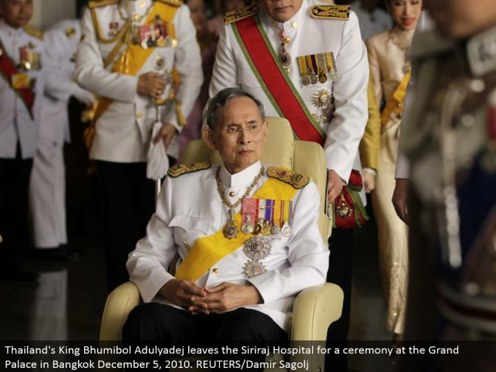 Thailand's King Bhumibol Adulyadej leaves the Siriraj Hospital for a service at the Grand Palace in Bangkok December 5, 2010. REUTERS/Damir Sagolj