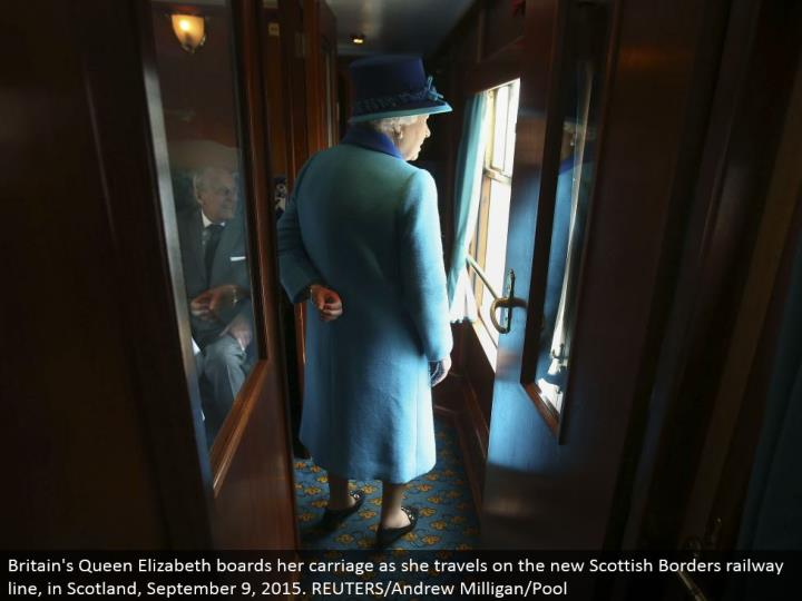 Britain's Queen Elizabeth sheets her carriage as she goes on the new Scottish Borders railroad line, in Scotland, September 9, 2015. REUTERS/Andrew Milligan/Pool