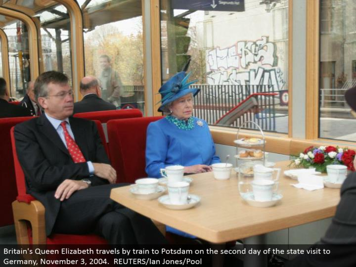 Britain's Queen Elizabeth ventures out via prepare to Potsdam on the second day of the state visit to Germany, November 3, 2004. REUTERS/Ian Jones/Pool