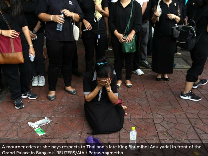 A griever cries as she pays regards to Thailand's late King Bhumibol Adulyadej before the Grand Palace in Bangkok. REUTERS/Athit Perawongmetha