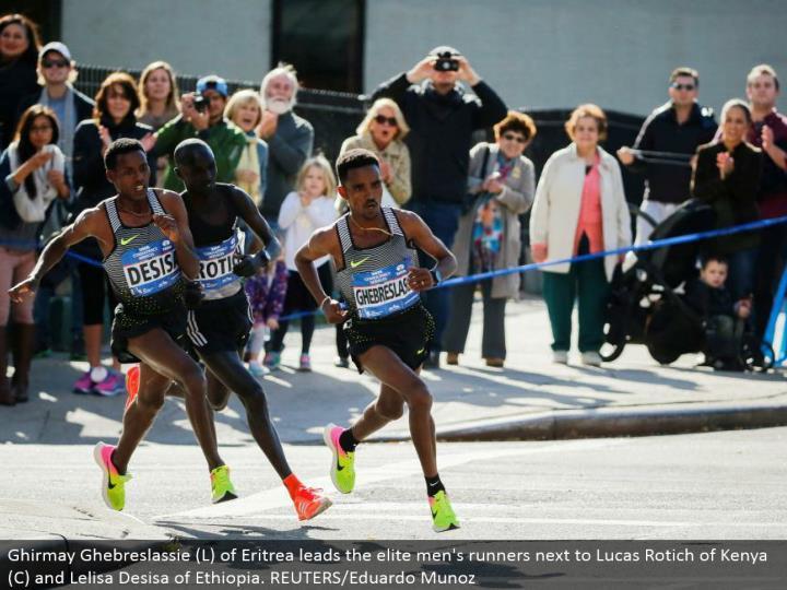 Ghirmay Ghebreslassie (L) of Eritrea leads the first class men's runners alongside Lucas Rotich of Kenya (C) and Lelisa Desisa of Ethiopia. REUTERS/Eduardo Munoz