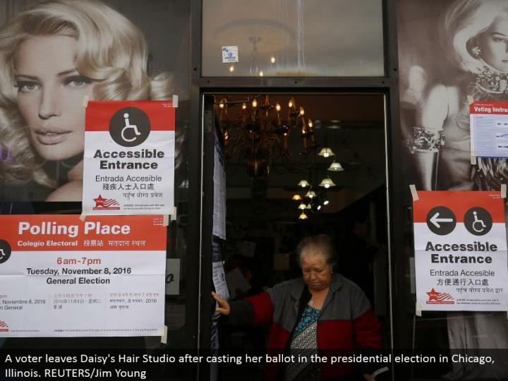 A voter leaves Daisy's Hair Studio in the wake of throwing her poll in the presidential decision in Chicago, Illinois. REUTERS/Jim Young
