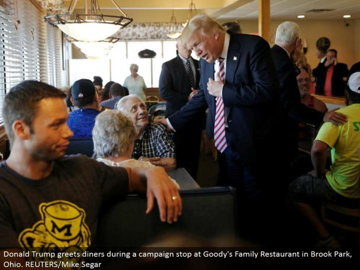 Donald Trump welcomes cafes amid a crusade stop at Goody's Family Restaurant in Brook Park, Ohio. REUTERS/Mike Segar