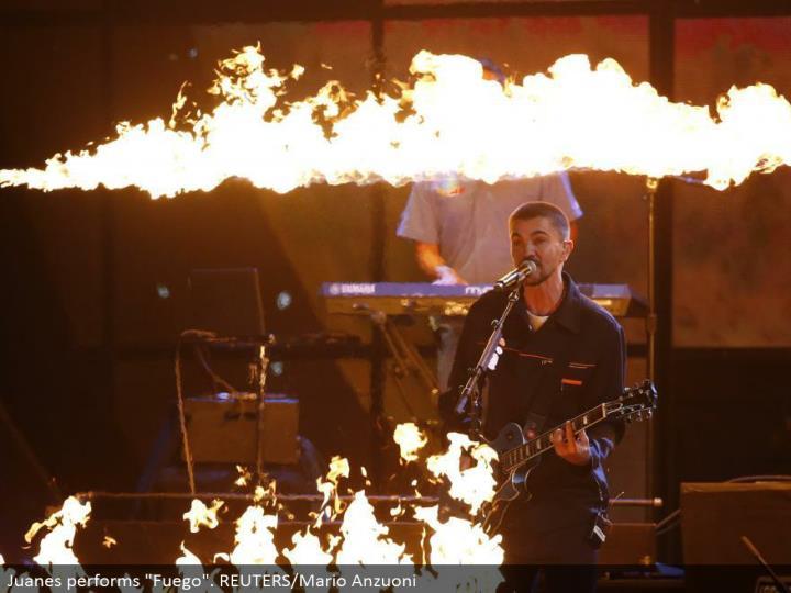 """Juanes performs """"Fuego"""". REUTERS/Mario Anzuoni"""