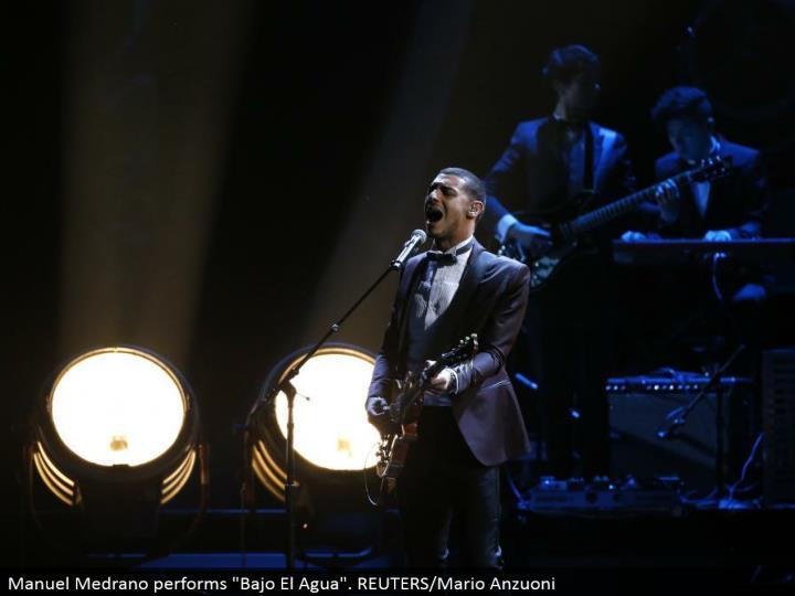 """Manuel Medrano performs """"Bajo El Agua"""". REUTERS/Mario Anzuoni"""
