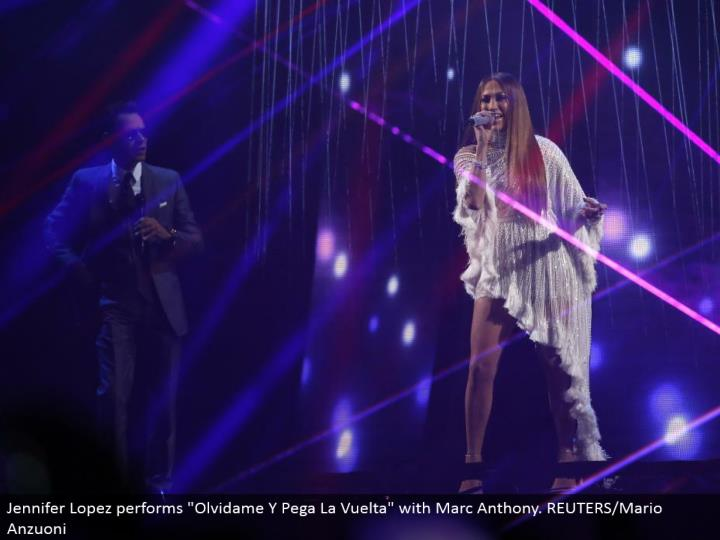"Jennifer Lopez performs ""Olvidame Y Pega La Vuelta"" with Marc Anthony. REUTERS/Mario Anzuoni"