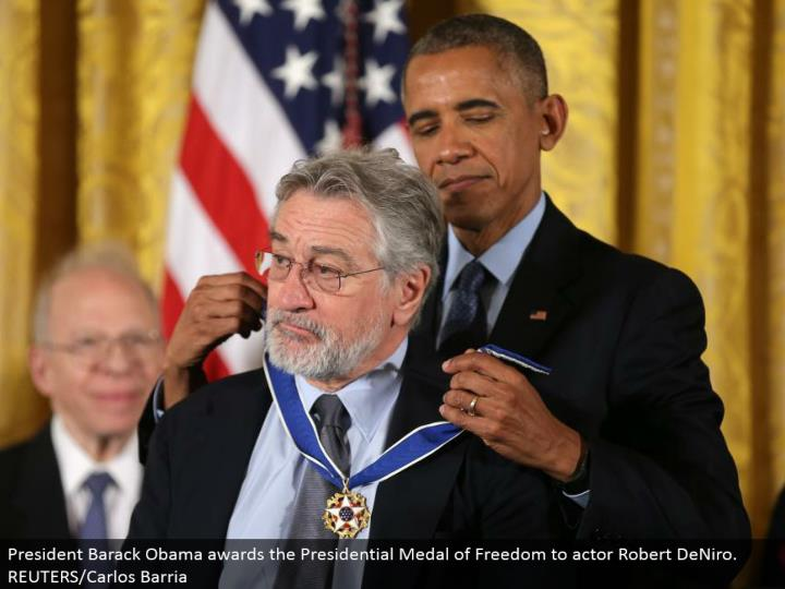 President Barack Obama grants the Presidential Medal of Freedom to on-screen character Robert DeNiro. REUTERS/Carlos Barria