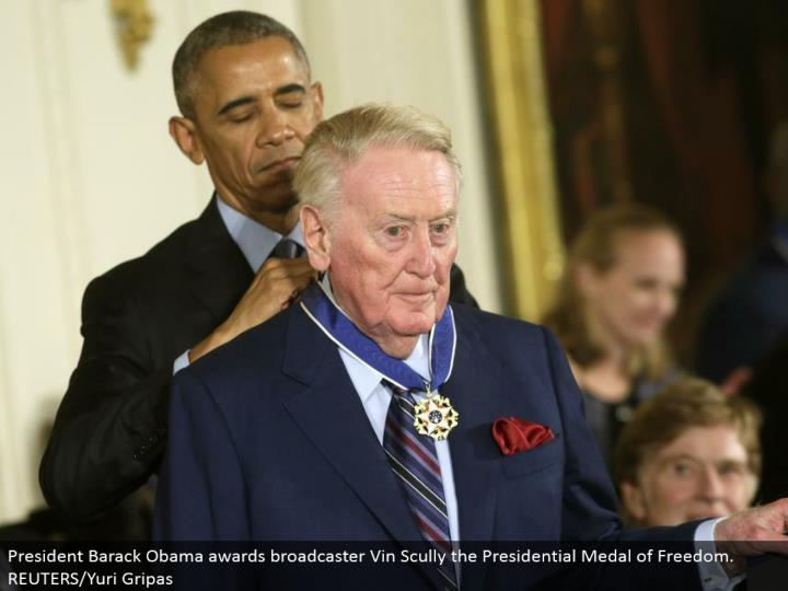President Barack Obama grants supporter Vin Scully the Presidential Medal of Freedom. REUTERS/Yuri Gripas