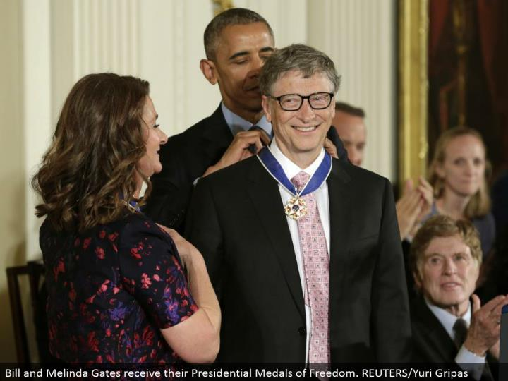 Bill and Melinda Gates get their Presidential Medals of Freedom. REUTERS/Yuri Gripas