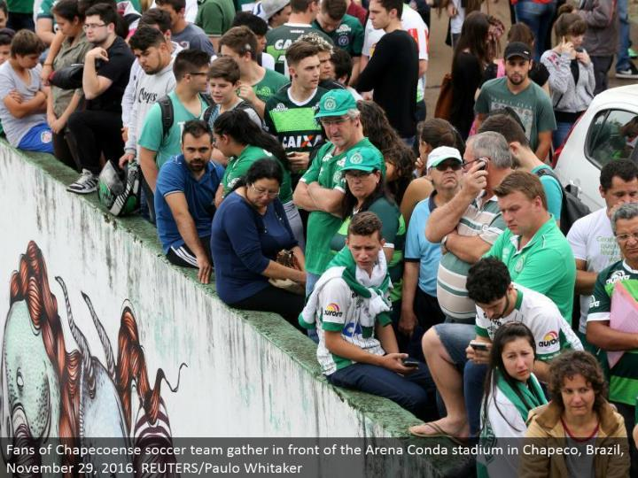 Fans of Chapecoense soccer group assemble before the Arena Conda stadium in Chapeco, Brazil, November 29, 2016. REUTERS/Paulo Whitaker