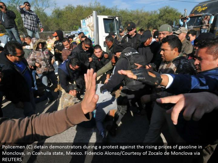 Policemen (C) keep demonstrators amid a dissent against the rising costs of fuel in Monclova, in Coahuila state, Mexico. Fidencio Alonso/Courtesy of Zocalo de Monclova through REUTERS