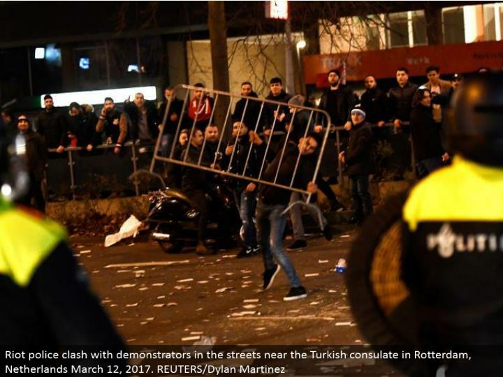 Riot police conflict with demonstrators in the boulevards close to the Turkish office in Rotterdam, Netherlands March 12, 2017. REUTERS/Dylan Martinez