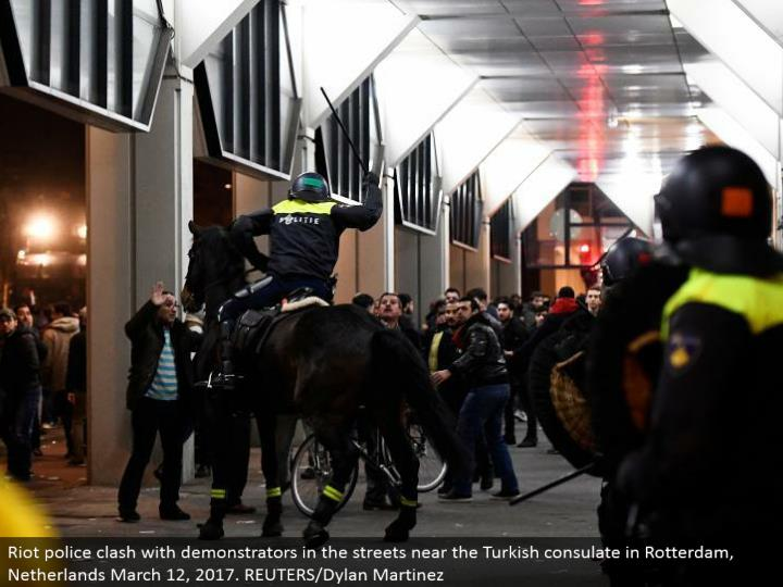 Riot police conflict with demonstrators in the lanes close to the Turkish office in Rotterdam, Netherlands March 12, 2017. REUTERS/Dylan Martinez