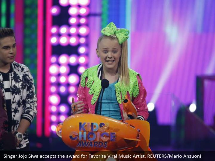 Singer Jojo Siwa acknowledges the honor for Favorite Viral Music Artist. REUTERS/Mario Anzuoni