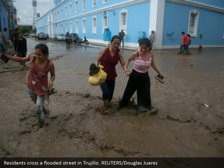 Residents cross an overwhelmed road in Trujillo. REUTERS/Douglas Juarez