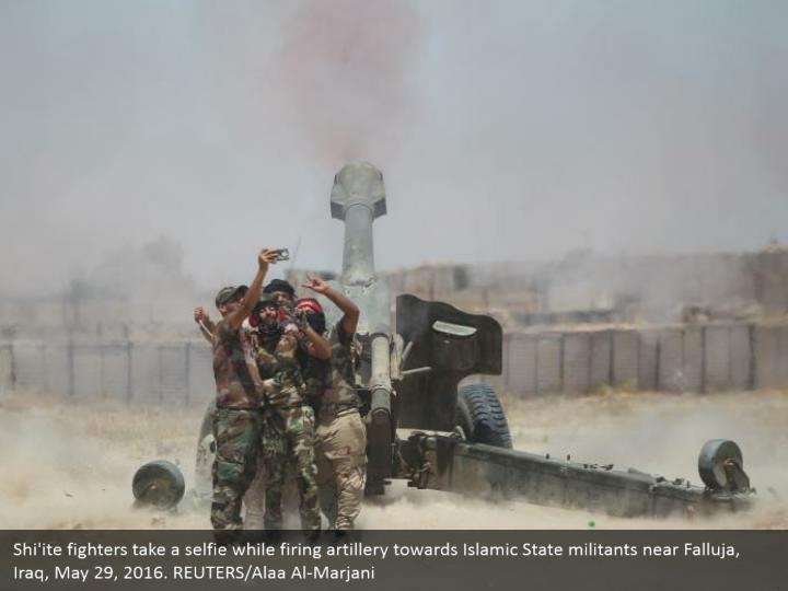 Shi'ite fighters take a selfie while firing artillery towards Islamic State militants near Falluja, Iraq, May 29, 2016. REUTERS/Alaa Al-Marjani