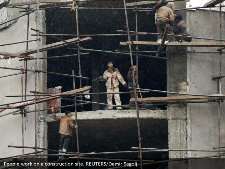 People work on a construction site. REUTERS/Damir Sagolj