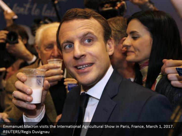Emmanuel Macron visits the International Agricultural Show in Paris, France, March 1, 2017.  REUTERS/Regis Duvignau