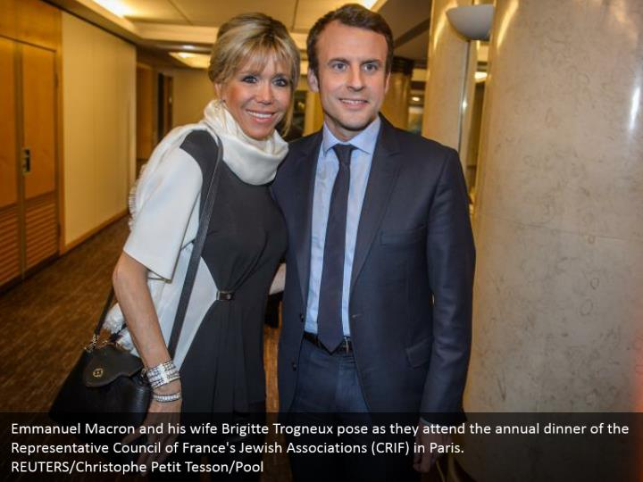 Emmanuel Macron and his wife Brigitte Trogneux pose as they attend the annual dinner of the Representative Council of France's Jewish Associations (CRIF) in Paris.  REUTERS/Christophe Petit Tesson/Pool