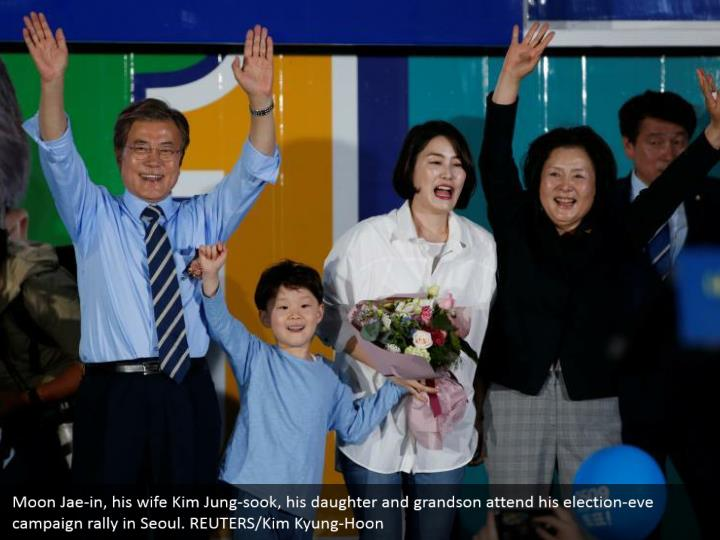 Moon Jae-in, his wife Kim Jung-sook, his daughter and grandson attend his election-eve campaign rally in Seoul. REUTERS/Kim Kyung-Hoon