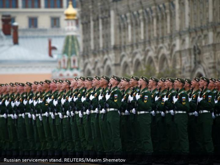 Russian servicemen stand. REUTERS/Maxim Shemetov