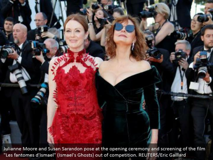 Julianne moore and susan sarandon pose