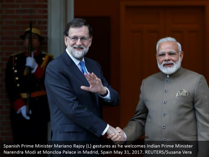 Spanish Prime Minister Mariano Rajoy (L) gestures as he welcomes Indian Prime Minister Narendra Modi at Moncloa Palace in Madrid, Spain May 31, 2017. REUTERS/Susana Vera