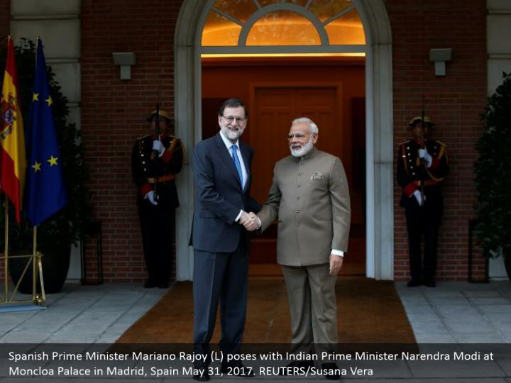 Spanish Prime Minister Mariano Rajoy (L) poses with Indian Prime Minister Narendra Modi at Moncloa Palace in Madrid, Spain May 31, 2017. REUTERS/Susana Vera