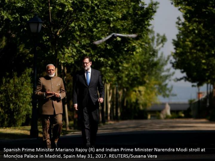Spanish Prime Minister Mariano Rajoy (R) and Indian Prime Minister Narendra Modi stroll at Moncloa Palace in Madrid, Spain May 31, 2017. REUTERS/Susana Vera