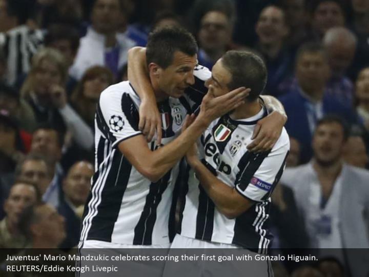 Juventus' Mario Mandzukic celebrates scoring their first goal with Gonzalo Higuain. REUTERS/Eddie Keogh Livepic