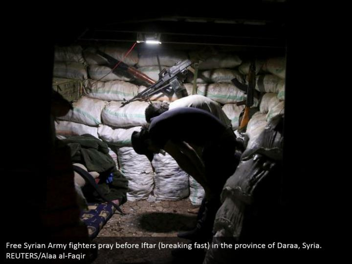 Free Syrian Army fighters pray before Iftar (breaking fast) in the province of Daraa, Syria. REUTERS/Alaa al-Faqir