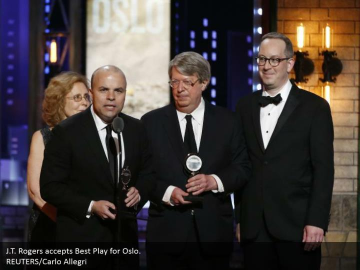 J.T. Rogers accepts Best Play for Oslo.  REUTERS/Carlo Allegri