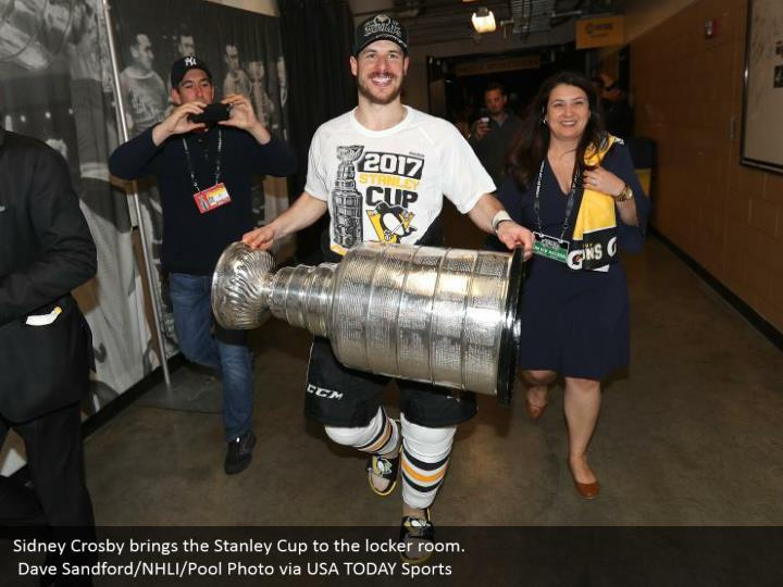 Sidney Crosby brings the Stanley Cup to the locker room.  Dave Sandford/NHLI/Pool Photo via USA TODAY Sports