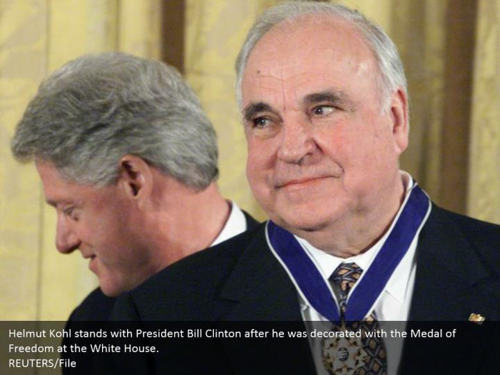 Helmut Kohl stands with President Bill Clinton after he was decorated with the Medal of Freedom at the White House.  REUTERS/File
