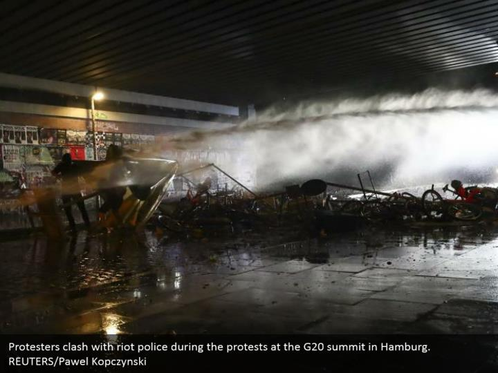 Protesters clash with riot police during the protests at the G20 summit in Hamburg. REUTERS/Pawel Kopczynski