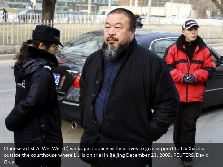 Chinese artist Ai Wei Wei (C) walks past police as he arrives to give support to Liu Xiaobo, outside the courthouse where Liu is on trial in Beijing December 23, 2009. REUTERS/David Gray